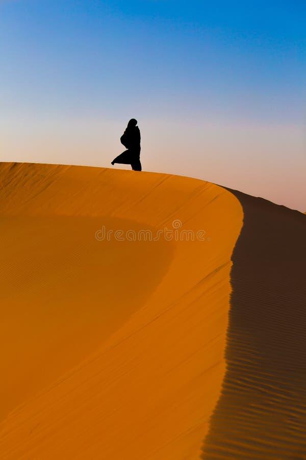 Abu Dhabi - femme d'émirat dans le désert photo libre de droits