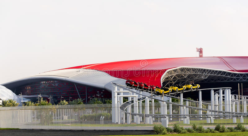 Abu Dhabi Ferrari World Theme parkerar byggnad in Uni arkivfoton