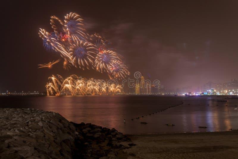 Abu Dhabi horisont med fyrverkerier som upp tänder himlen som delen av berömmarna för nationell dag arkivfoton
