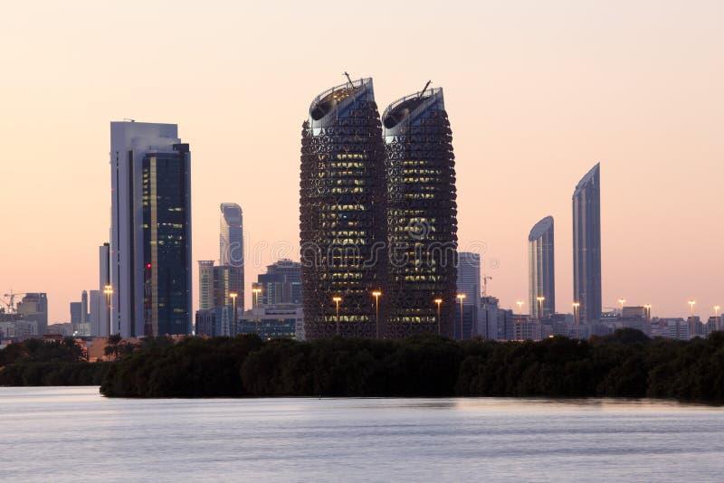 Abu Dhabi linia horyzontu przy półmrokiem obrazy stock