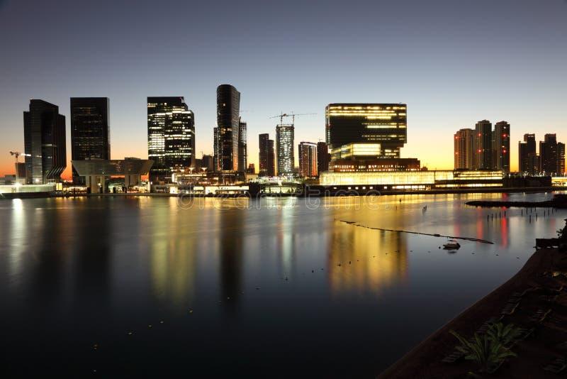 Abu Dhabi linia horyzontu przy półmrokiem fotografia stock