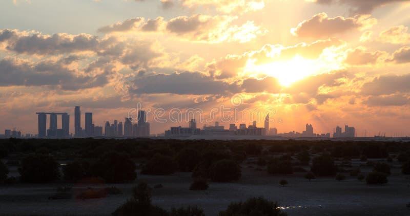 Abu Dhabi linia horyzontu przy zmierzchem obrazy stock