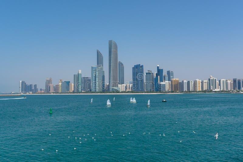 Abu Dhabi linia horyzontu z żaglówkami i ptakami obrazy stock