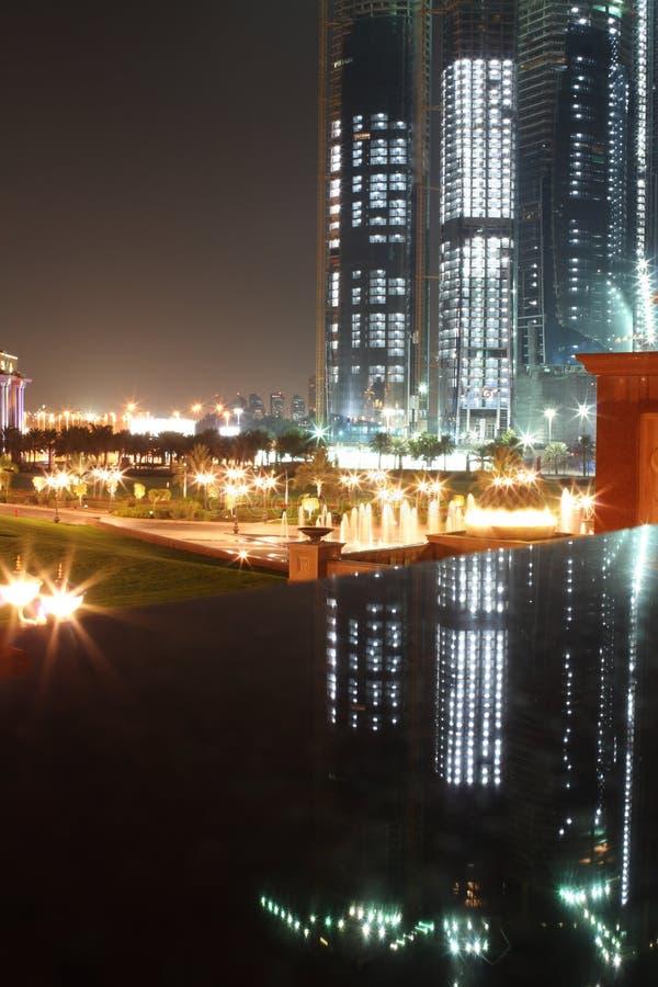 Abu Dhabi nachts lizenzfreie stockfotos