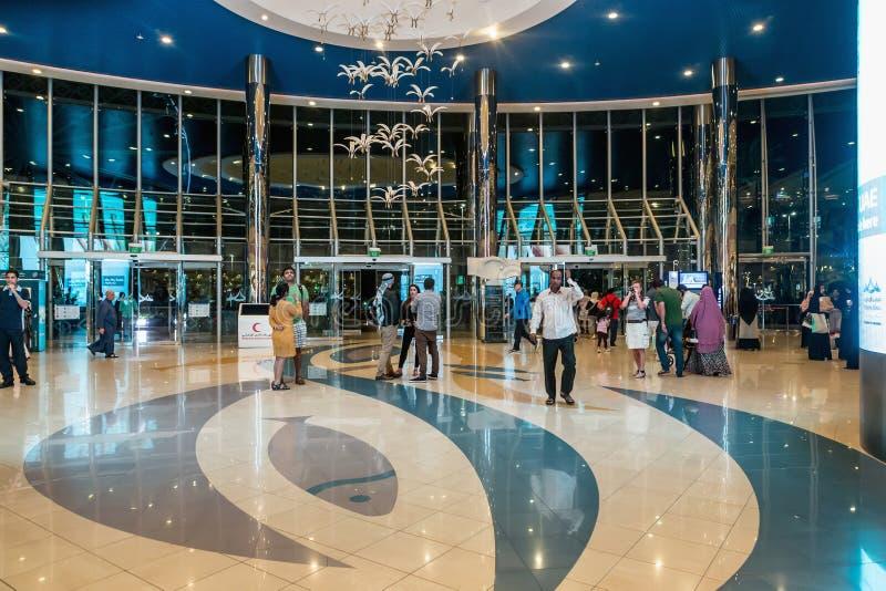 ABU DHABI - 4 NOVEMBRE 2016: Estasi dentro un grande centro commerciale del porticciolo del centro commerciale in Abu Dhabi, UAE  immagini stock libere da diritti