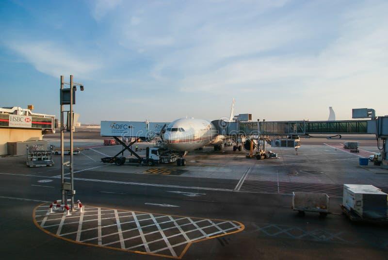 Abu Dhabi Noviembre de 2012 El aeroplano está en la plataforma en el gl imagenes de archivo