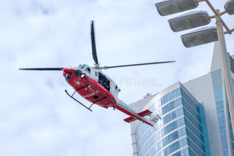 Abu Dhabi Police Chopper, der über der Stadt schwebt lizenzfreie stockfotografie