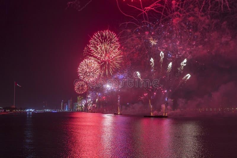 Abu Dhabi-Skyline mit den Feuerwerken, die herauf den Himmel als Teil der Nationaltagfeiern beleuchten lizenzfreies stockfoto