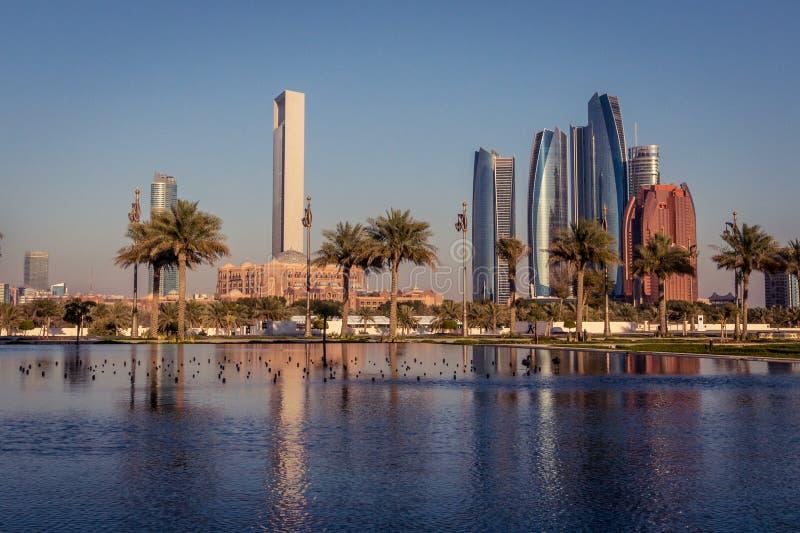 Abu Dhabi Skyline na hora dourada foto de stock royalty free