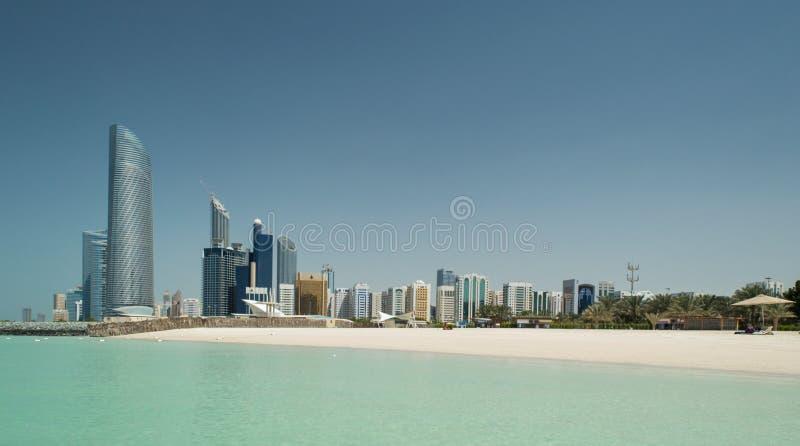 Abu Dhabi Skyline y playa foto de archivo