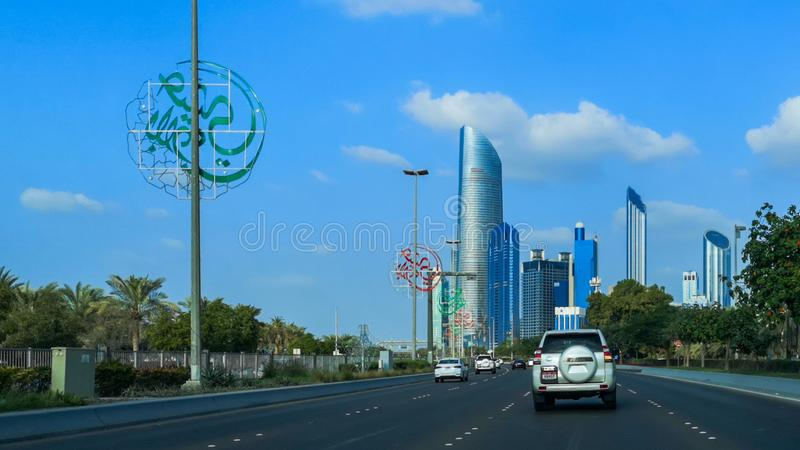 Abu Dhabi stadshorisont, h?rlig sikt av staden fr?n cornichegatan p? rusningstiden royaltyfri foto