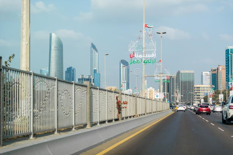 Abu Dhabi stadshorisont, h?rlig sikt av staden fr?n cornichegatan p? rusningstiden arkivfoton