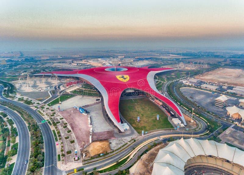 ABU DHABI, UAE - 6 DE DEZEMBRO DE 2016: O parque do mundo de Ferrari é o lar imagens de stock