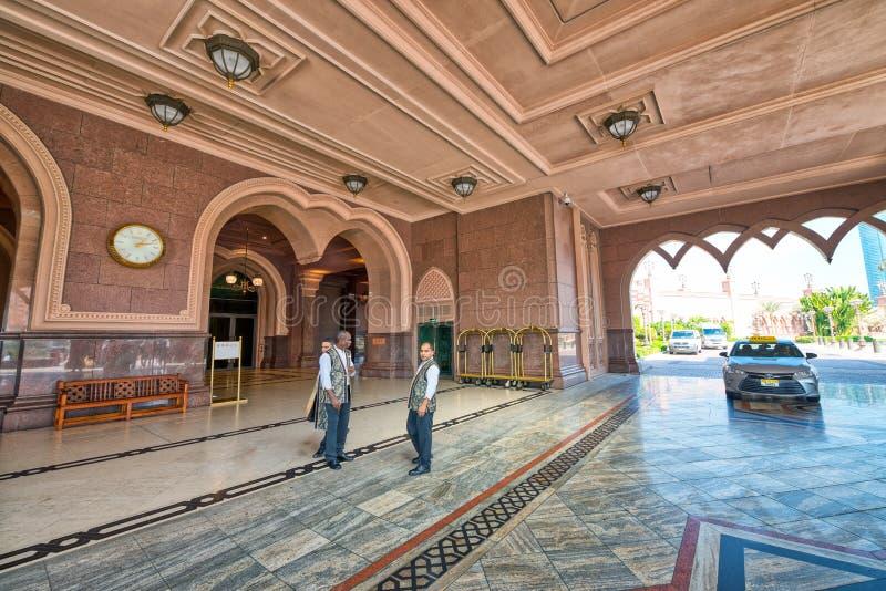 ABU DHABI UAE - DECEMBER 8, 2016: Emiratslottingång med royaltyfria foton