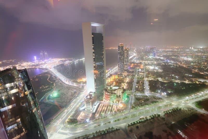 ABU DHABI UAE - DECEMBER 8, 2016: Flyg- sikt av den Corniche vägen royaltyfria foton