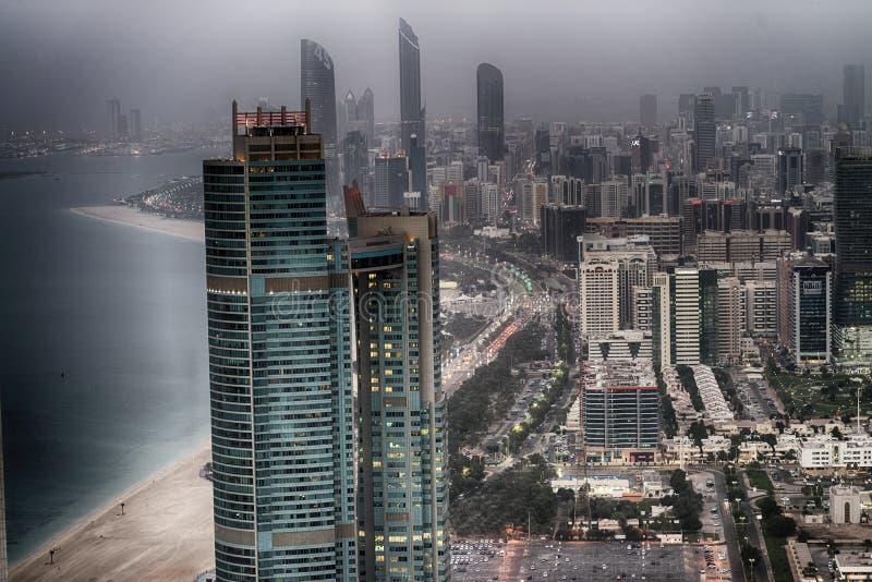 ABU DHABI UAE - DECEMBER 8, 2016: Flyg- sikt av den Corniche vägen fotografering för bildbyråer