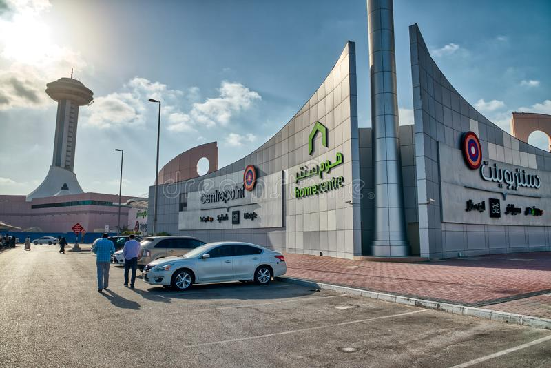 ABU DHABI, UAE - 8 DICEMBRE 2016: Parcheggiando su un centro commerciale della città in Al fotografia stock