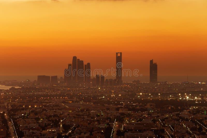 Abu Dhabi, UAE en el amanecer, mostrando las torres de Corniche y de Etihad foto de archivo libre de regalías