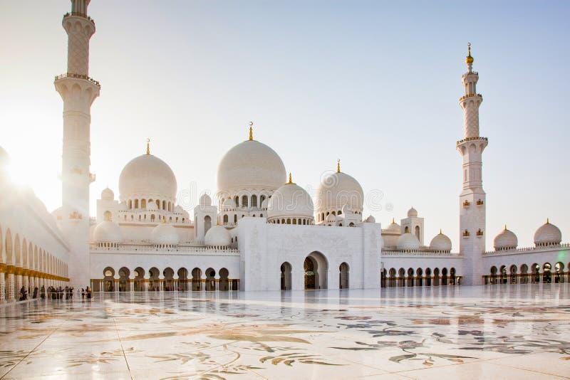 ABU DHABI UAE - FEBRUARI 2018: shejk zayed storslagen moské, Abu Dhabi, UAE royaltyfria bilder