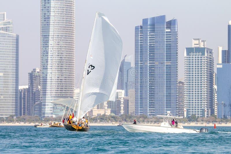ABU DHABI, UAE-FEBRUARY, 10,2018: Żeglowania dhow po tradycyjnego r obraz royalty free