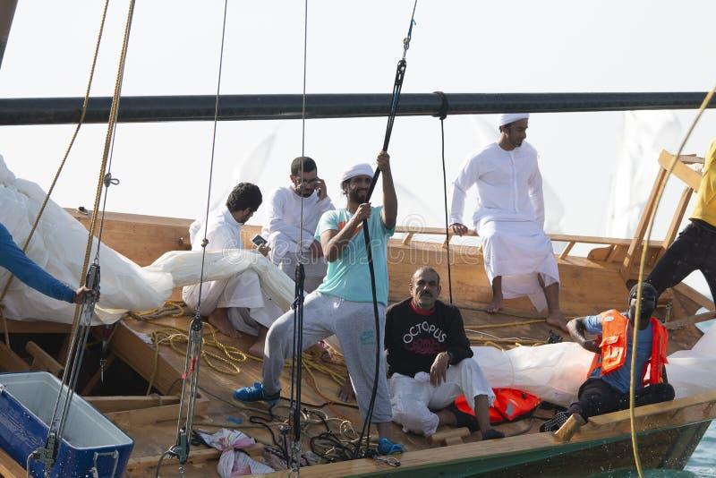 ABU DHABI, UAE-FEBRUARY, 10,2018: Żeglowania dhow po tradycyjnego r fotografia royalty free