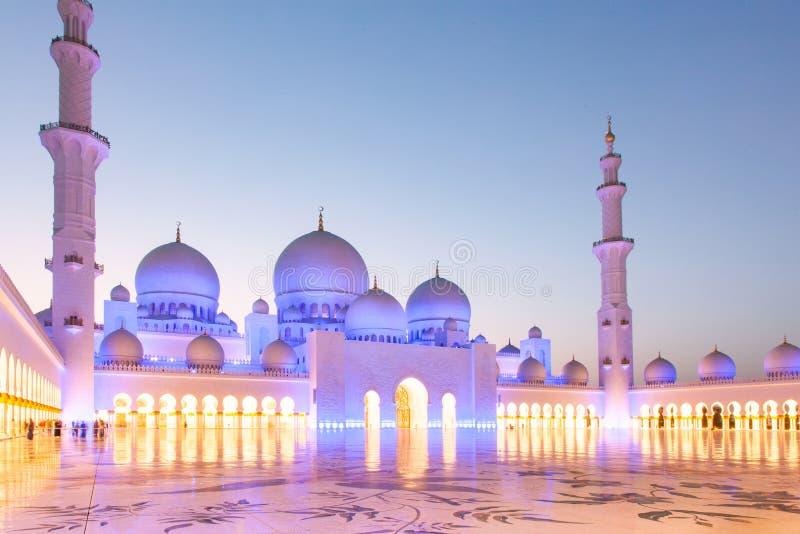 ABU DHABI, UAE - LUTY 2018: sheikh zayed uroczystego meczet, Abu Dhabi, UAE zdjęcia royalty free
