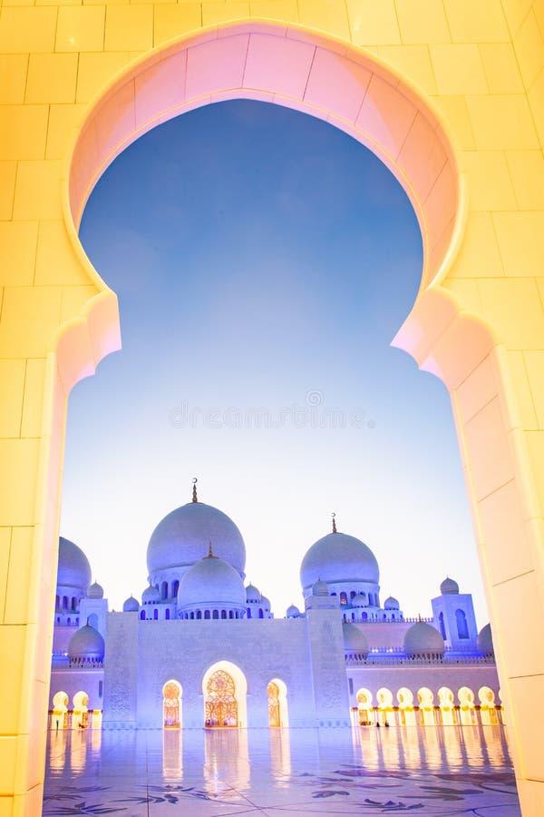 ABU DHABI, UAE - LUTY 2018: sheikh zayed uroczystego meczet, Abu Dhabi, UAE zdjęcie royalty free