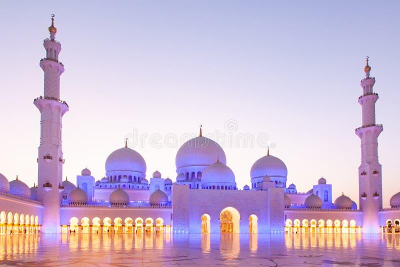 ABU DHABI, UAE - LUTY 2018: sheikh zayed uroczystego meczet, Abu Dhabi, UAE zdjęcia stock