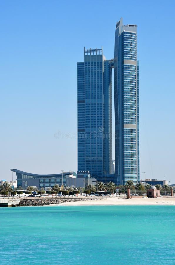 ABU DHABI, UAE M?RZ, 19, 2019 Abu Dhabi-Wolkenkratzer am sonnigen Tag Nation ragt Wohndachböden hoch lizenzfreie stockfotografie