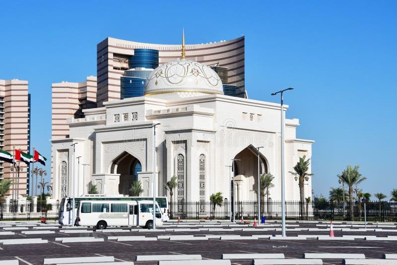 ABU DHABI, UAE MARÇO, 19, 2019 A entrada principal ao palácio presidencial do al Watan de Qasr imagens de stock