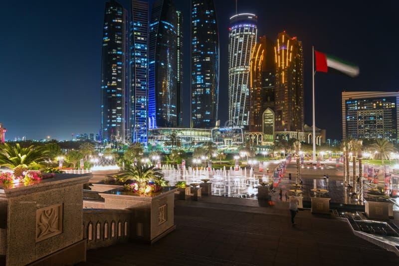 Abu Dhabi UAE - mars 30 2019 Emiratslottspringbrunn på skyskrapabakgrund och det Grand Hyatt hotellet royaltyfria bilder