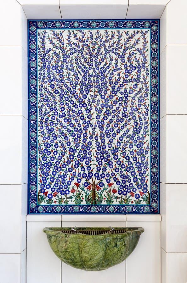 ABU DHABI UAE - MARS 11 2019: Konstf?rgmosaik inom Sheikh Zayed Mosque Abu Dhabi F?renade Arabemiraten royaltyfri fotografi