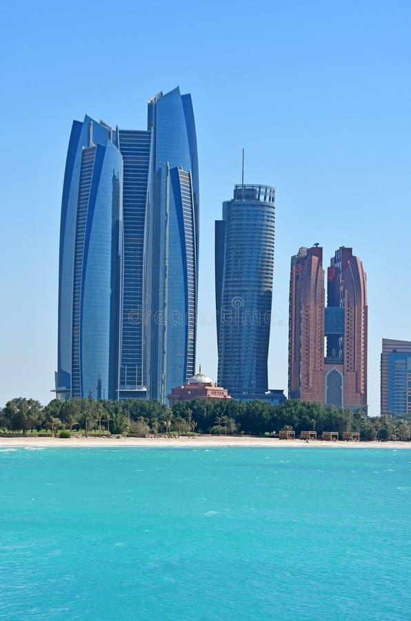 ABU DHABI UAE MARSCHERAR, 19, 2019 Abu Dhabi skyskrapor i solig dag royaltyfria bilder