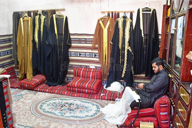 ABU DHABI, UAE - MARZEC, 19, 2019: Obsługuje obsiadanie w jeden pawilony w Etnograficznej wiosce w Zjednoczone Emiraty Arabskie,  zdjęcie stock