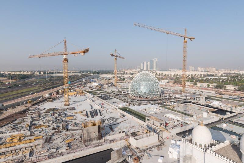 Abu Dhabi, UAE - 2016: Nueva extensión de Sheikh Zayed Grand Mosque foto de archivo