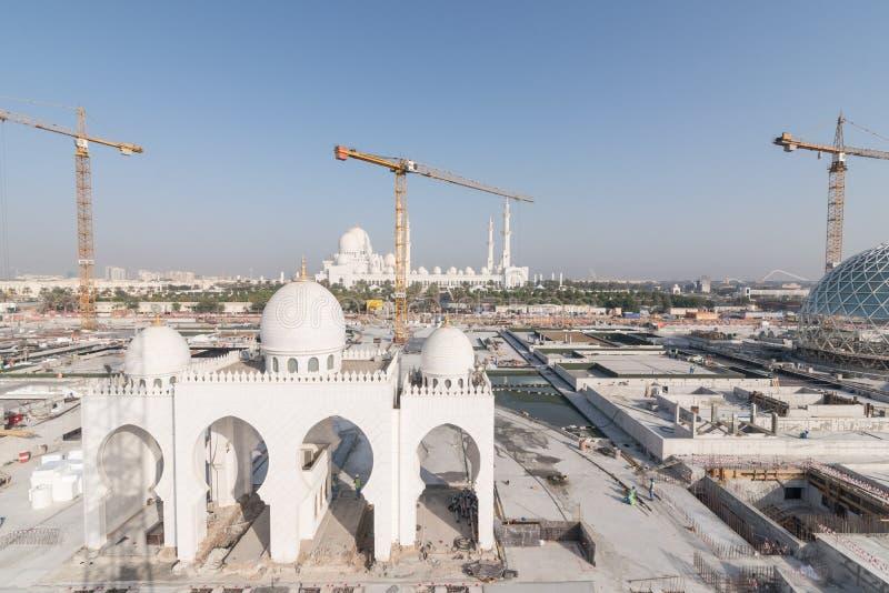 Abu Dhabi, UAE - 2016: Nueva extensión de Sheikh Zayed Grand Mosque fotografía de archivo