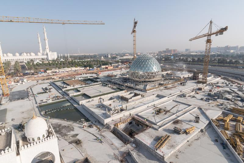 Abu Dhabi, UAE - 2016: Nuova estensione di Sheikh Zayed Grand Mosque immagine stock
