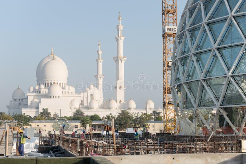 Abu Dhabi UAE - 2016: Sheikh Zayed Grand Mosque ny förlängning royaltyfria bilder