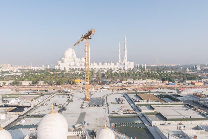 Abu Dhabi UAE - 2016: Sheikh Zayed Grand Mosque ny förlängning arkivbild