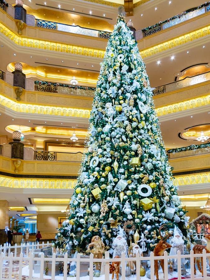 Abu Dhabi, United Arab Emirates - 13 de diciembre de 2018: Árbol de navidad adornado en el palacio del emirato del pasillo fotografía de archivo libre de regalías