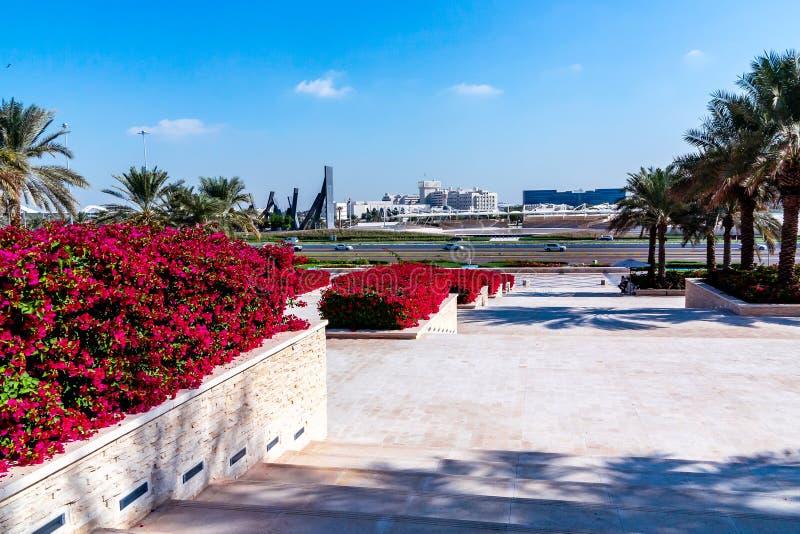 Abu Dhabi, United Arab Emirates - 13 de diciembre de 2018: Elementos de la mejora en el parque delante de la mezquita magnífica imágenes de archivo libres de regalías