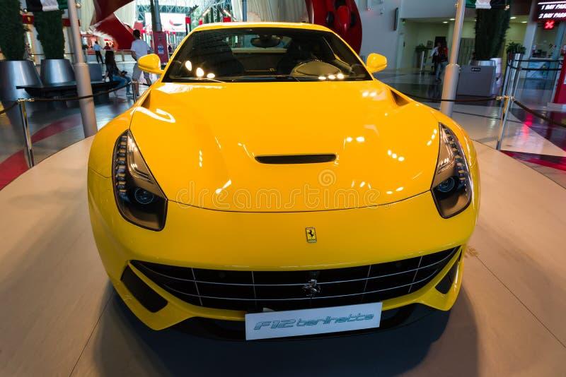 ABU DHABI, UNITED ARAB EMIRATES - 5 DE DICIEMBRE DE 2016: Mundo de Ferrari en la isla de Yas en Abu Dhabi Coche del amarillo de F fotos de archivo libres de regalías