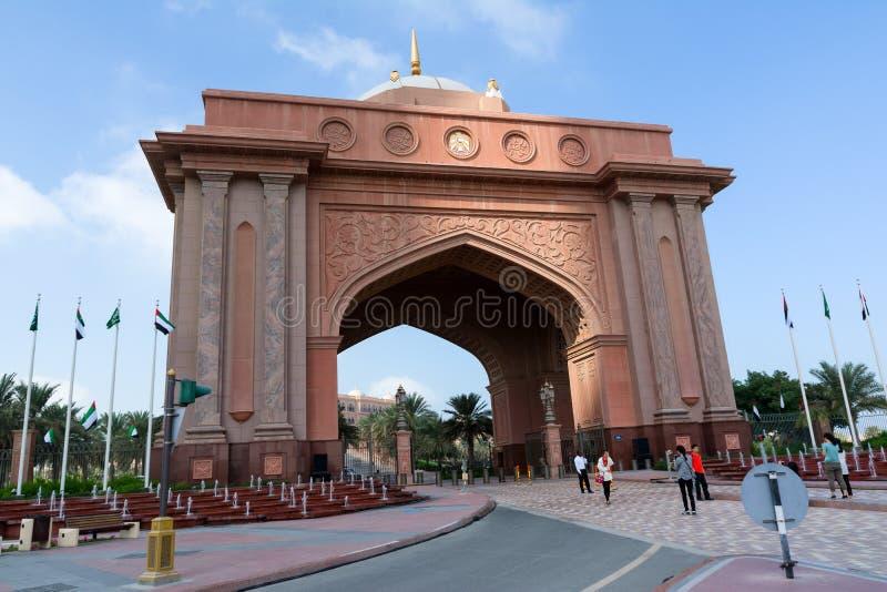 ABU DHABI, UNITED ARAB EMIRATES - 5 DE DICIEMBRE DE 2016: Puerta al Palace Hotel de los emiratos, Abu Dhabi, United Arab Emirates foto de archivo