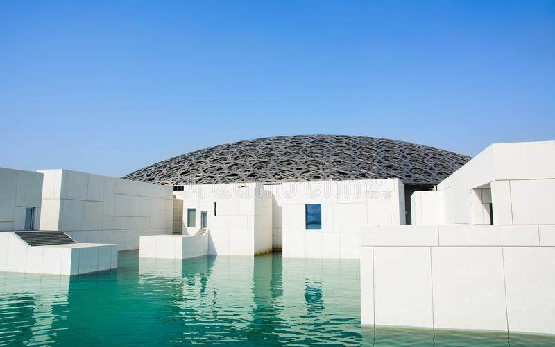ABU DHABI, UNITED ARAB EMIRATES - 26 DE ENERO DE 2018: Louvre Abu D imagenes de archivo