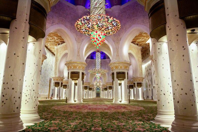 Abu Dhabi, United Arab Emirates - 12 de marzo de 2019: Ruegue el pasillo de Sheikh Zayed Grand Mosque después de la tarde ruegan imágenes de archivo libres de regalías
