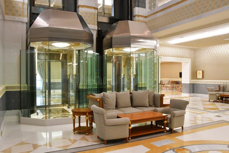 Abu Dhabi, United Arab Emirates, marzo, 19, 2019 Elevadores de cristal en el pasillo en el palacio de las naciones Qasr Al Watan  fotos de archivo libres de regalías