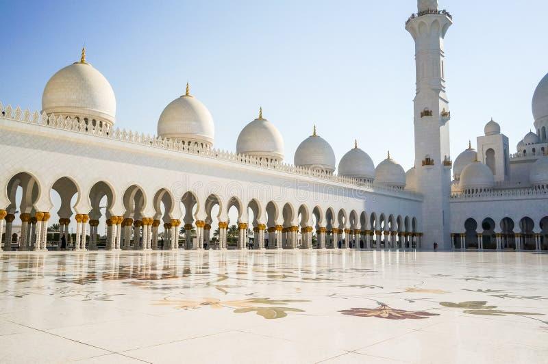 Abu Dhabi verão 2016 A mesquita famosa de Sheikh Zayed Grand Exterior e o interior fotografia de stock