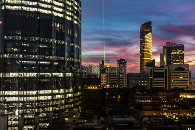 Abu Dhabi-wolken en torens van de stads tonen de de mooie winter bij zonsondergang met groen lichte viering royalty-vrije stock afbeeldingen