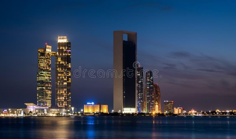 Abu Dhabi, Wysocy wzrostów budynki Abu Dhabi miasto przy Mody wieczór obraz stock