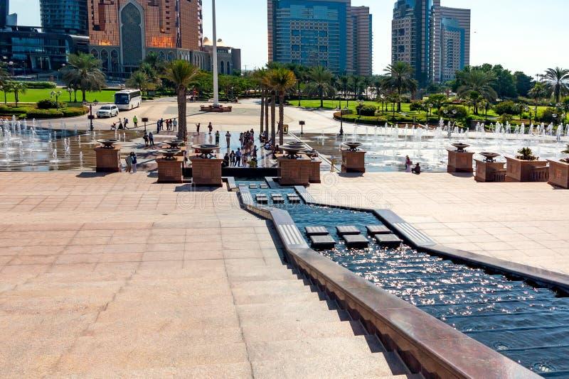 Abu Dhabi Zjednoczone Emiraty Arabskie, Grudzień, - 13, 2018: Schody puszek fontanny od emiratu pałac zdjęcia royalty free